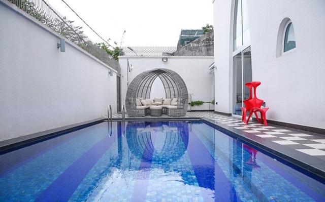 Người đẹp cũng mạnh tay chi tiền thiết kế hồ bơi thư thái trong nhà để có không gian nghỉ ngơi, thư giãn sau những giờ làm việc căng thẳng.