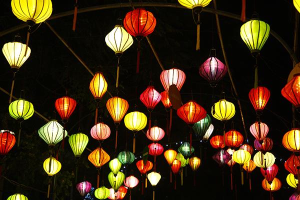 Hàng nghìn chiếc đèn lồng với nhiều màu sắc, hình dáng.