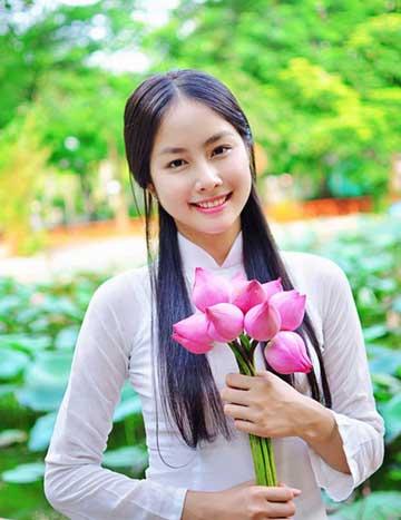 Trước khi thi Hoa hậu Việt Nam 2014, Ngọc Huệ nổi tiếng là hot girl trường Y được mến mộ vì ngoại hình xinh đẹp lại nhiều tài lẻ.