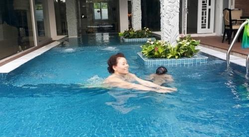 Bể bơi mát mẻ ngay trong khuôn viên biệt thự
