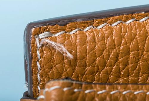 Trên túi giả, phần đường chỉ lỏng lẻo, màu sơn loang lổ và phần đường viền tạo phom cho túi làm bằng nhựa, khiến cho trọng lượng túi nhẹ hơn so với túi thật. Những chi tiết này tuyệt đối không có trên sản phẩm của Hermes - nhà mốt được mệnh danh bậc thầy của sự hoàn hảo.