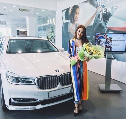 Không chỉ mua nhà mới, Hương Giang còn tự mình sắm được siêu xe riêng . Chiếc xe Hương Giang mua là BMW X6 2016 sở hữu kích thước dài 4.909 mm, rộng 2.170 mm và cao 1.702 mm. Ảnh: FBNV.