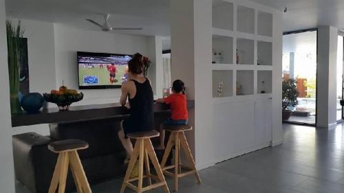 Hai mẹ con Hà Hồ thư thái xem TV.
