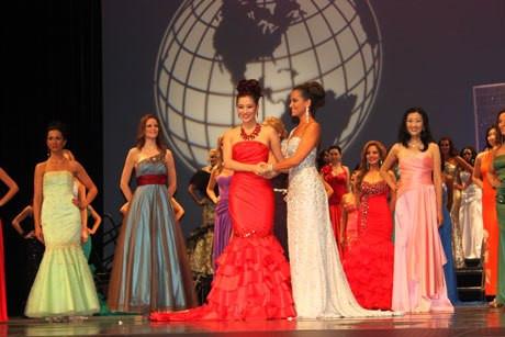 Hương.Thu Hương (váy đỏ) đoạt Á hậu 2 Hoa hậu Quý bà Thế giới.
