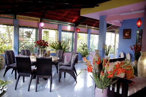 Phòng ăn nối liền với phòng khách bởi khoảng không rộng. Khung cửa sổ được thiết kế rộng mở để đón nắng và gió thiên nhiên.