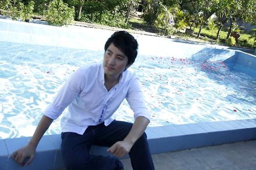 Hồ bơi giúp anh chạy trốn cái nắng chói chang của Sài Gòn.