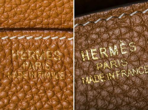 Túi Birkin thật (ảnh trên, trái) và hàng giả có sự khác biệt dễ thấy ở phần tem nhãn trên mặt túi. Phần tem trên túi thật (ảnh dưới) ở vị trí cao, ngay ngắn và gần sát với đường chỉ. Nếu bạn thấy nó ở chính giữa đường chỉ và phần khóa, đó chắc chắn là hàng giả. Ngoài ra, phần tem trên túi giả sẽ nổi trên bề mặt da, còn túi thật, tem chìm và lẫn vào da như một phần của chất liệu, một chuyên gia cho biết.