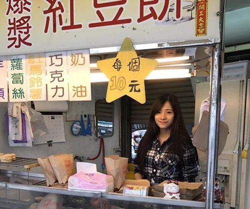 Bức ảnh cô chủ bán bánh xinh đẹp được cư dân mạng chuyền tay nhau