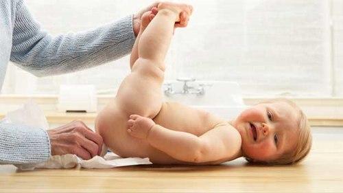 Trẻ thường bị táo bón hoặc đang có bệnh lý vùng hậu môn thì tốt nhất không nên dùng. Ảnh minh họa