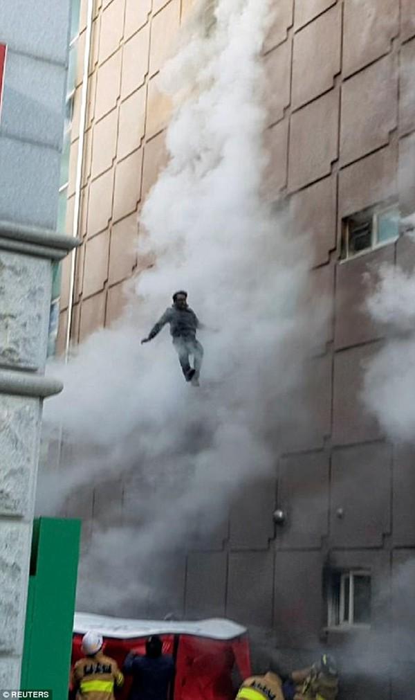 Nhiều người đã phải liều mạng nhảy qua cửa sổ để thoát thân.