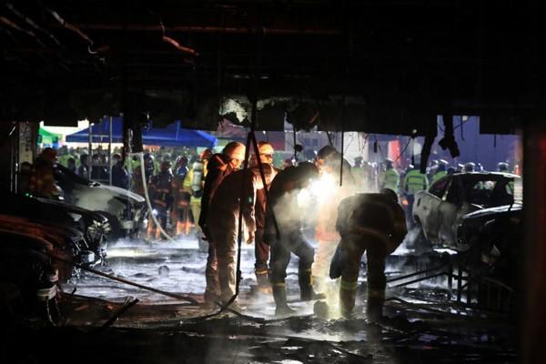 Công tác cứu hộ gặp nhiều khó khăn vì vướng khói độc.