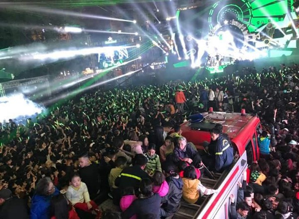 Hình ảnh được cập nhật lúc 21h55 tại quảng trường Đông Kinh Nghĩa Thục, nơi diễn ra chương trình Countdown chào đón năm mới ở Hà Nội. Ảnh Trần Quang Khởi.