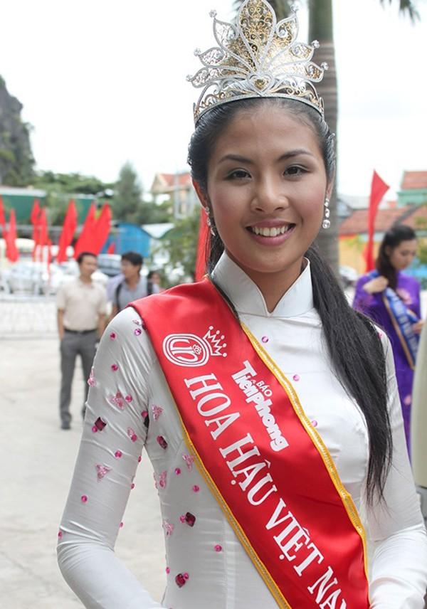 Nhan sắc của Hoa hậu Ngọc Hân khi mới đăng quang. Làn da ngăm đen, hàm răng khấp khểnh và đôi mắt bé đã khiến khán giả không chấp nhận kết quả cô chính là Hoa hậu Việt Nam.
