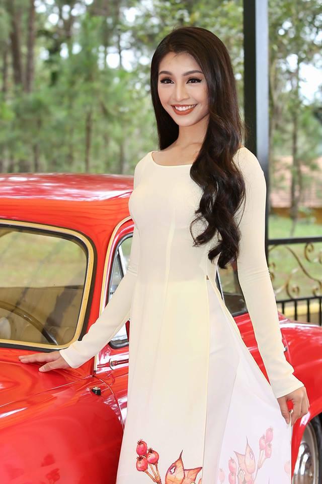 """Cô giáo dạy nhảy 9X mặc áo dài """"đọ"""" nhan sắc với thí sinh Hoa hậu Hoàn vũ"""