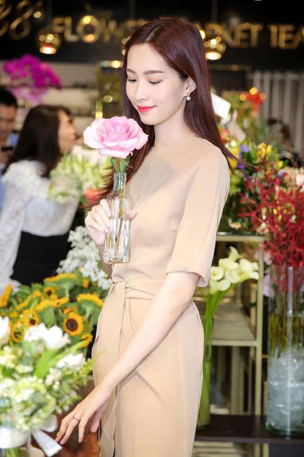 Hoa hậu Thu Thảo rạng rỡ khoe khéo chiếc nhẫn cưới đẹp tinh tế.