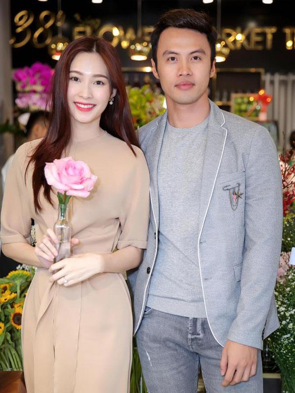 Cô chụp ảnh cùng doanh nhân Lê Đăng Khoa, người đã là cầu nối cho cô và chồng đại gia được gặp nhau.