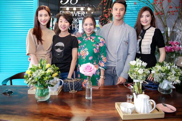 Người đẹp chụp ảnh kỉ niệm với ông chủ và những khách hàng đầu tiên.