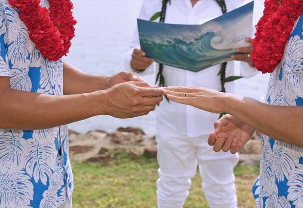 Khoảnh khắc trao nhẫn cưới của Hồ Vĩnh Khoa và bạn đời