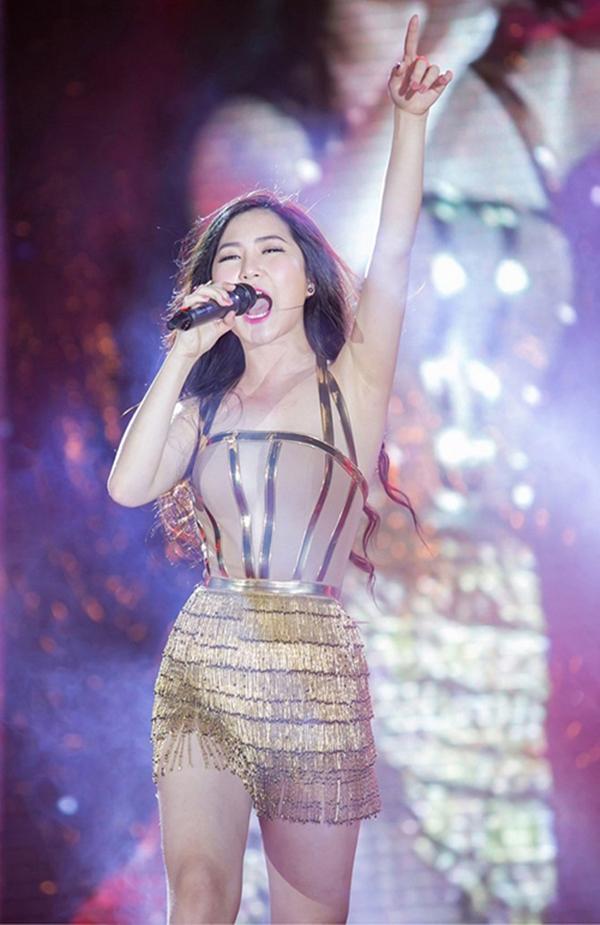 Nữ ca sĩ gốc Nghệ An luôn lựa chọn những đồ diễn gợi cảm để gây ấn tượng hơn trong mắt khán giả.
