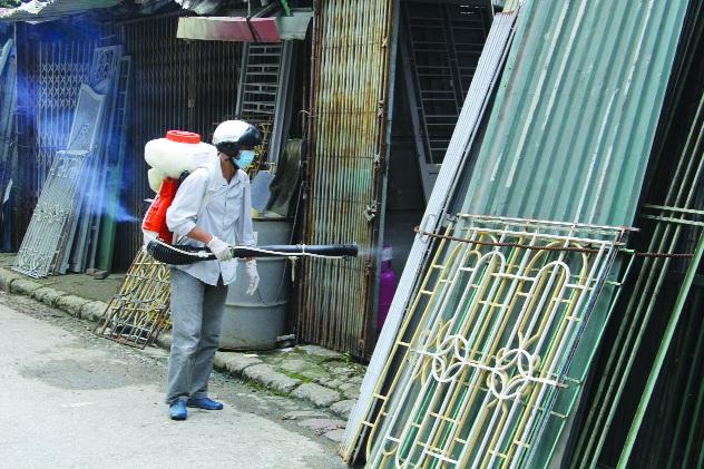 Phun thuốc muỗi tại ổ dịch trên địa bàn quận Ngô Quyền. Ảnh: CTV