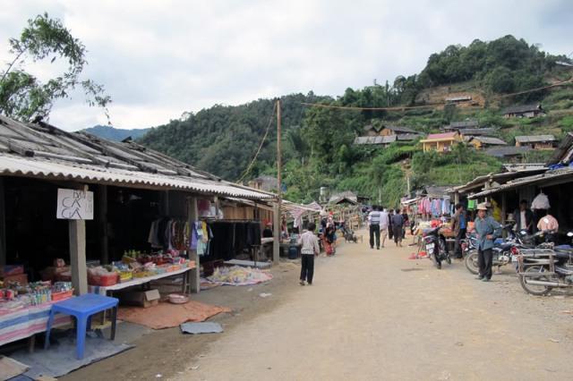 Chợ Sì Lở Lầu - Nơi gia đình bà Mẩy (vợ ông Phu Vần Lèng) mua rượu.