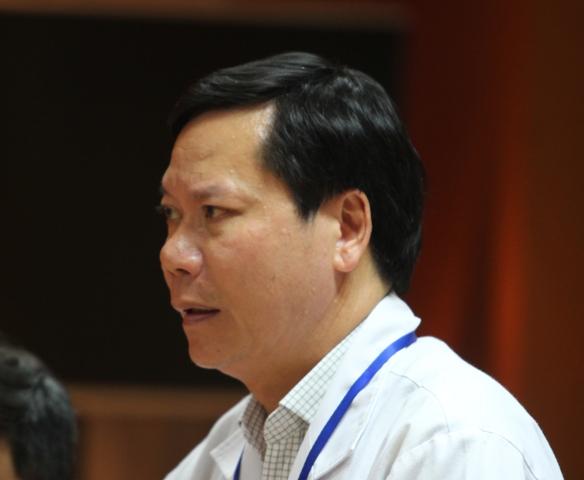 Giám đốc Bệnh viện Đa khoa tỉnh Hòa Bình báo cáo về sự cố xảy ra tại bệnh viện. Ảnh: Cao Tuân