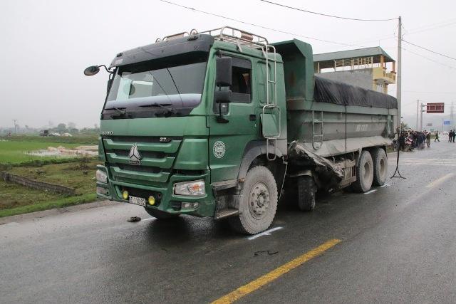 Chiếc xe tải chở vật liệu xây dựng va chạm với ô tô 16 chỗ. Ảnh: N.T