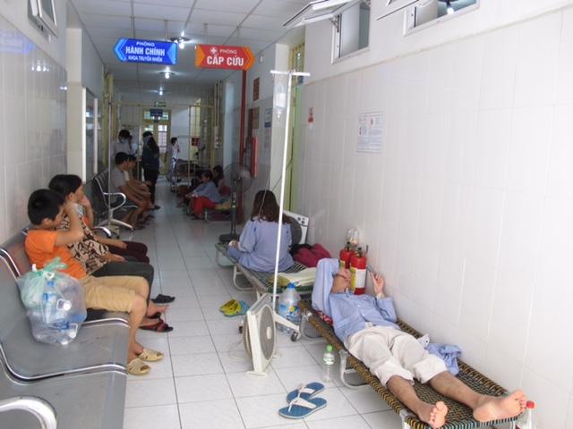 Bệnh viện tận dụng cả hành lang để làm nơi kê giường điều trị cho bệnh nhân SXH. Ảnh: N.P