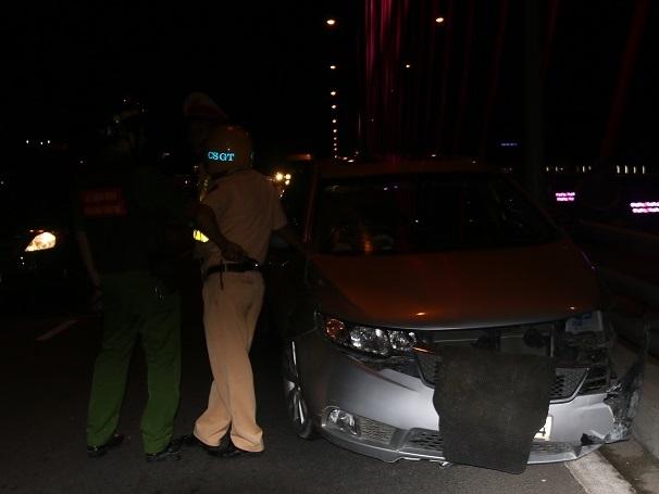 Vụ tai nạn giao thông xe ô tô 4 chỗ đâm vào thành cầu xảy ra khoảng 20h45...
