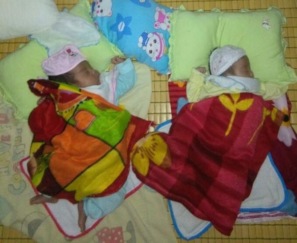 Cặp bé song sinh được xuất viện về nhà. Ảnh: PV