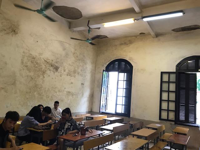Một phòng học với trần nhà và tường bị bong tróc ở trường Cao đẳng nghệ thuật Hà Nội