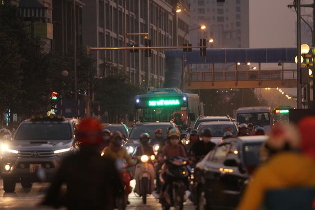 Vào những ngày thường, giờ cao điểm, buýt nhanh bị bao vây bởi nhiều phương tiện giao thông. Ảnh: Đình Việt