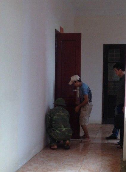 Thợ đang thay cánh cửa phòng Bí thư Huyện ủy bị kẻ gian đột nhập