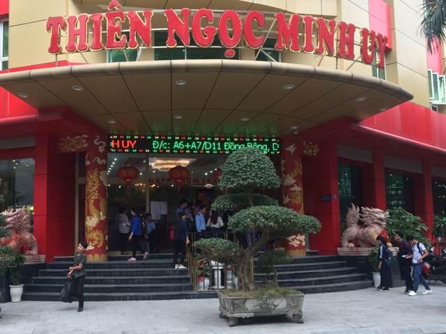 Trong buổi sáng 25/4, từng hàng người vẫn ra vào tấp nập trước cửa trụ sở công ty Thiên Ngọc Minh Uy trên đường Đồng Bông, Cầu Giấy (Hà Nội). Ảnh: T.G
