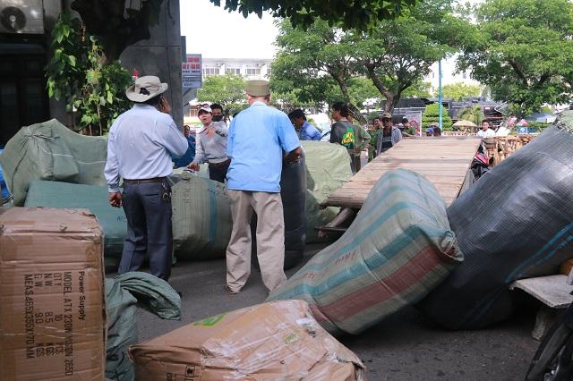 Gần 10 tấn hàng lậu bị cơ quan chức năng bắt giữ. Ảnh: Nguyễn Nam