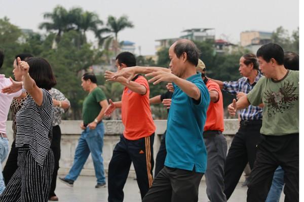 Mỗi nhóm tập có khoảng từ 30-40 người tham gia.