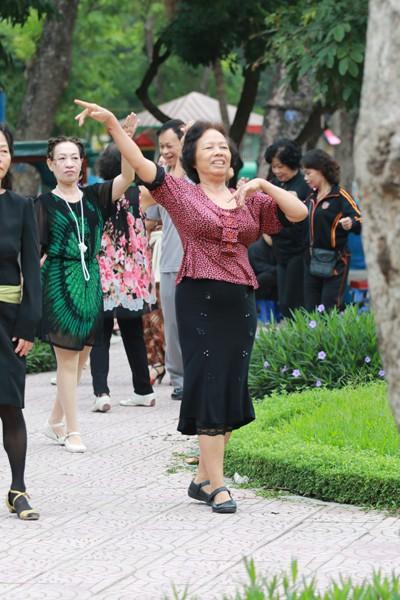 Các nhóm tập luôn rộn ràng tiếng cười nói xen lẫn tiếng nhạc nhảy.