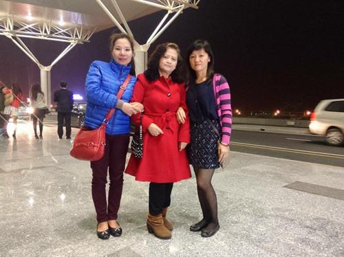 Bà Hạnh (giữa) và chị Tạ Thị Thu Trang (áo xanh). Ảnh: NVCC