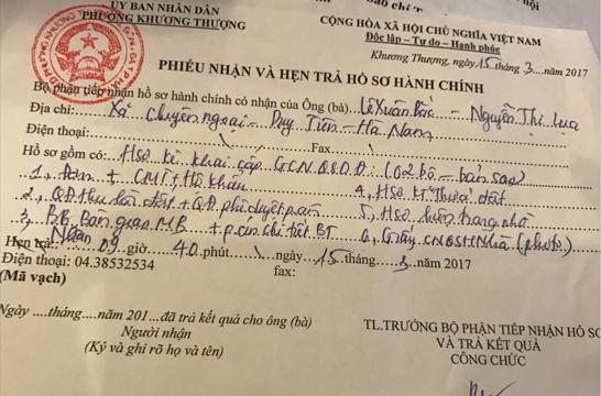 Cả phiếu tiếp nhận ngày 20/4/2017 và phiếu nhận ngày 15/3/2017 của Bộ phận tiếp nhận hồ sơ và trả kết quả của UBND phường Khương Thượng đều chỉ ghi ngày nhận mà không ghi ngày trả hồ sơ cho người dân