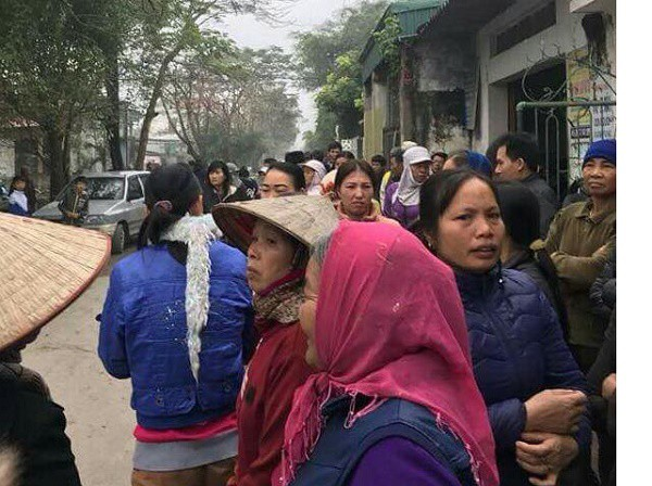 Nhiều người dân có mặt tại hiện trường theo dõi vụ việc
