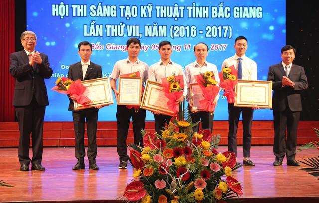 Phó Chủ tịch UBND tỉnh Bắc Giang Dương Văn Thái và Giáo sư Đặng Vũ Minh trao giải Nhất Hội thi Sáng tạo Kỹ thuật tỉnh lần thứ VII cho các tác giả đoạt giải.