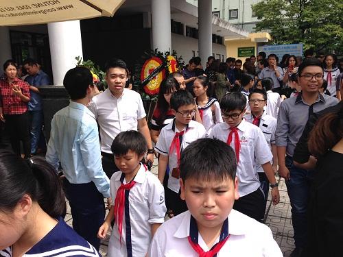 Học sinh đại diện cho mỗi lớp đến viếng thầy ở nhà tang lễ.