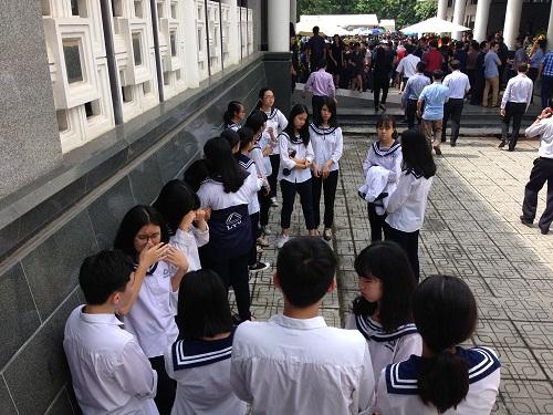 Học sinh Lương Thế Vinh bật khóc sau khi viếng người thầy kính mến.