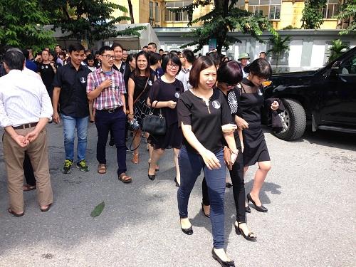 Học trò củ của trường Lương Thế Vinh nhiều người dán ảnh thầy lên áo.