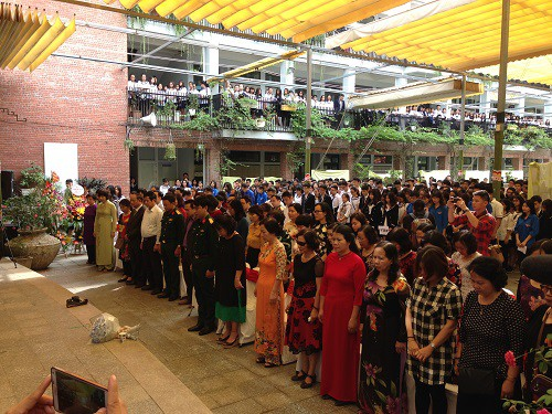 Giáo viên, phụ huynh và học sinh dành một phút mặc niệm nhớ tới thầy Văn Như Cương.