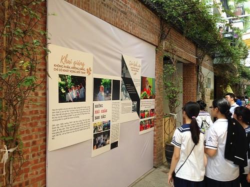 Triển lãm Dấu ấn thu hút thêm nhiều cựu học sinh, phụ huynh tham dự.