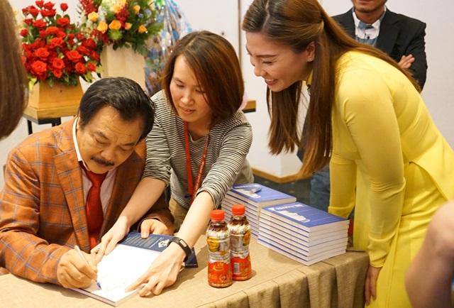 Ông Trần Quí Thanh ký tặng sách trong buổi giao lưu.