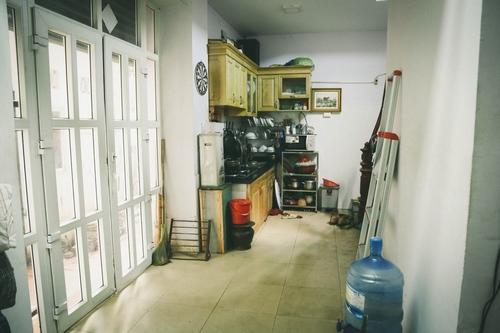 Tầng 1 được dùng làm bếp khá chật chội. Nam diễn viên tâm sự ông là người nấu ăn chính trong nhà.
