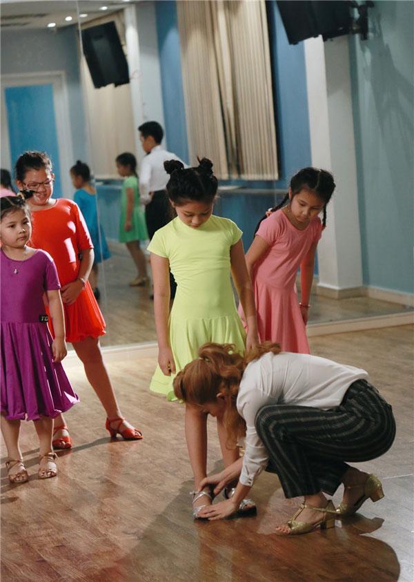 Ngoài ngồi ghế nóng kiếm cát-xê trong các gameshow truyền hình thực tế, Khánh Thi còn mở trung tâm khiêu vũ riêng.