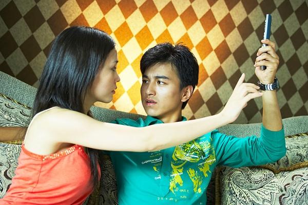 Kiểm soát chồng là một cách hạ thấp giá trị bản thân của các bà vợ. Ảnh minh họa